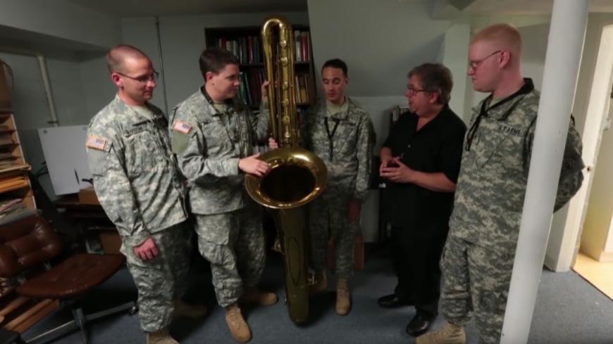 Quatre militaires testent les saxophones les plus rares du monde !