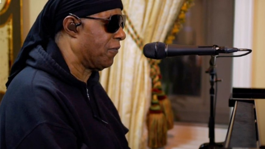 """Stevie Wonder rend hommage à Bill Withers pour """"One World"""""""