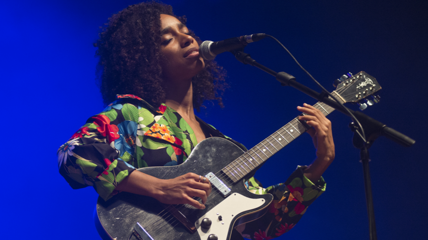 "Lianne La Havas partage sa version de ""Weird Fishes"" de Radiohead"