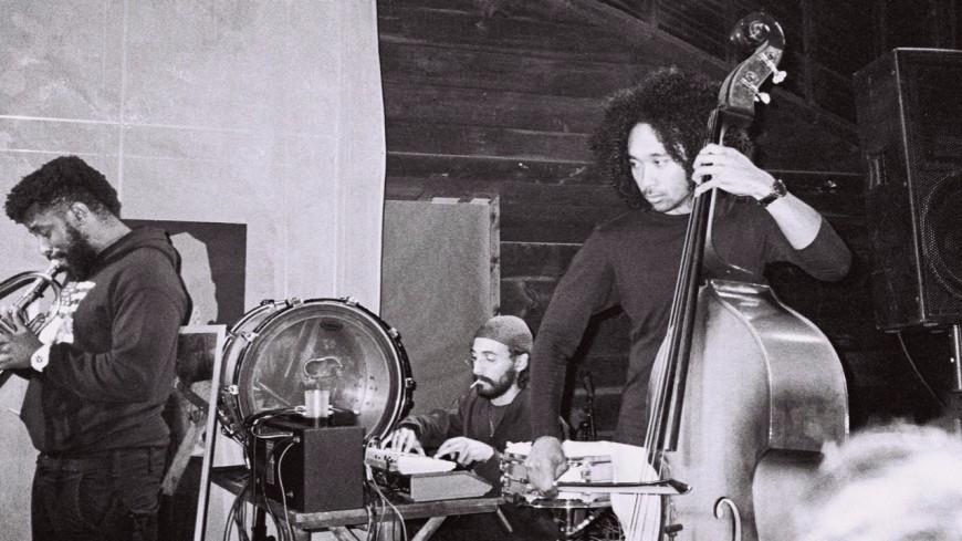Le groupe de jazz expérimental Standing On The Corner partage un nouveau morceau