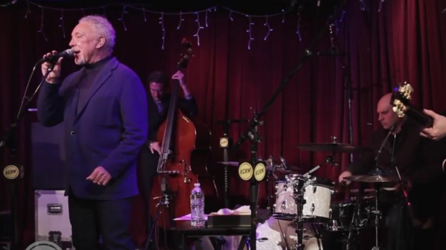 "Tom Jones interprète ""Delilah"" live en studio !"