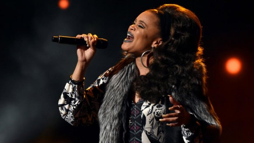Andra Day chante « Someday At Christmas » au CMA Christmas
