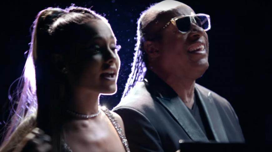 """Stevie Wonder : découvrez le clip de son titre """"Faith"""" en duo avec Ariana Grande !"""