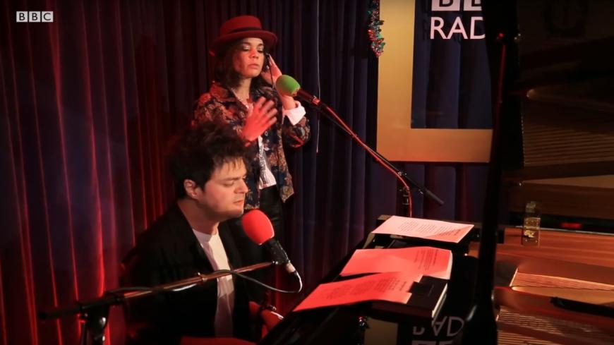 Jamie Cullum reprend « Silent Night » avec Andreya Triana