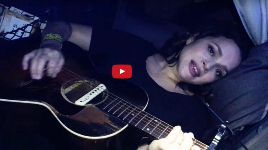 Norah Jones chante dans son lit pour les enfants malades